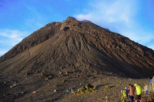 Có rất nhiều người cắm trại qua đêm tại trạm thứ 3 để có thể ngắm bình minh và cả hoàng hôn trên đỉnh Merapi.