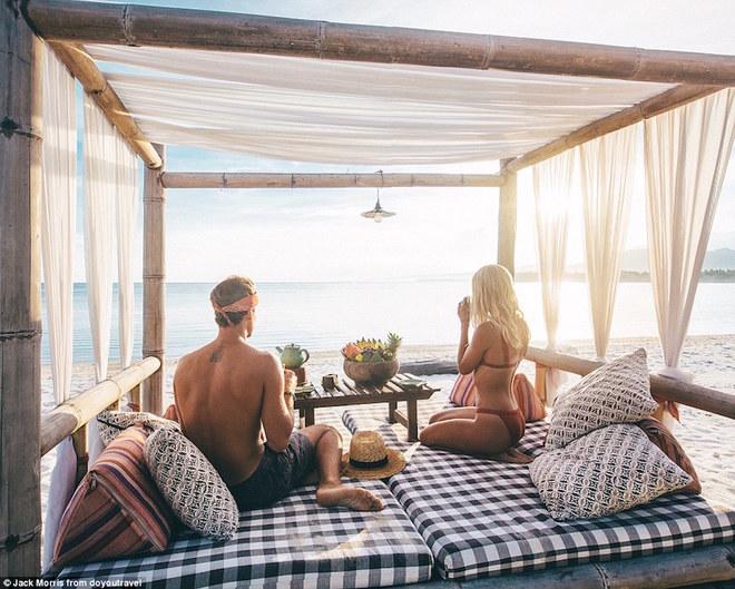 Cặp đôi kiếm bộn tiền nhờ đi du lịch