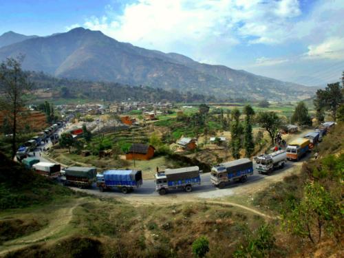 di-xe-khach-o-nepal-co-gai-phai-te-bay-ben-duong-1