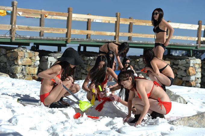 Dàn mỹ nhân Trung Quốc mặc bikini lên núi nặn người tuyết