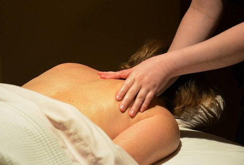 du-khach-do-mat-khi-massage-nguoi-khiem-thi-tai-nha-trang