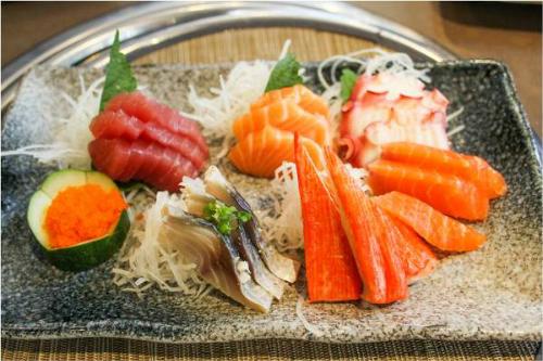 Ngoài ra, iSushi còn phục vụ sushi, sashimi và món ăn ẩm thực Nhật Bản trong menu alarcate - thực đơn gọi món của nhà hàng. Một bàn tiệc buffet sẽ là lựa chọn thú vị cho những ngày sum vầy cuối năm.