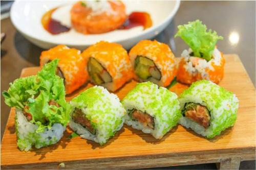 Đến với iSushi,thực khách có thể trải nghiệm thực đơn buffet gồm hai gói Sakura và iSushi phù hợp cho khách khi muốn tận hưởng theo sở thích. Gói Sakura buffet gồm các loại salad trên buffet line và sushi hấp dẫn với cách trình bày cùng tên gọi độc đáo.