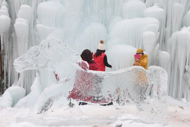 Vẻ kỳ thú của thác nước đóng băng ở Trung Quốc