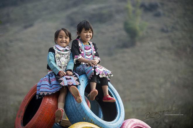 Trẻ em H'Mông xúng xính đón tết ở Mộc Châu