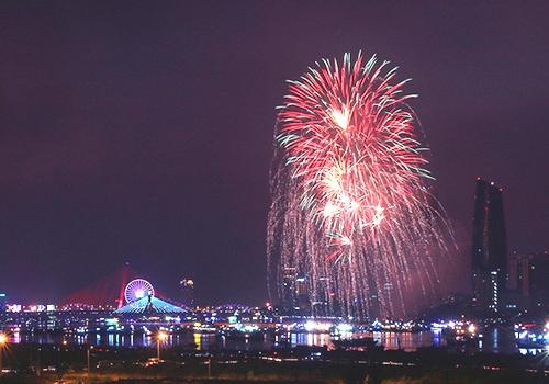 năm nay du khách sẽ được thưởng thức lễ hội pháo hoa quốc tế Đà Nẵng kéo dài tới 2 tháng (29/4 - 24/6) thay vì 2 ngày như trước. Lễ hội có sự tham gia của Việt Nam, Thụy Sĩ, Trung Quốc, Australia, Áo, Nhật Bản, Anh và Italy, dự kiến thu hút 2 triệu lượt khách đến Đà Nẵng dịp hè.