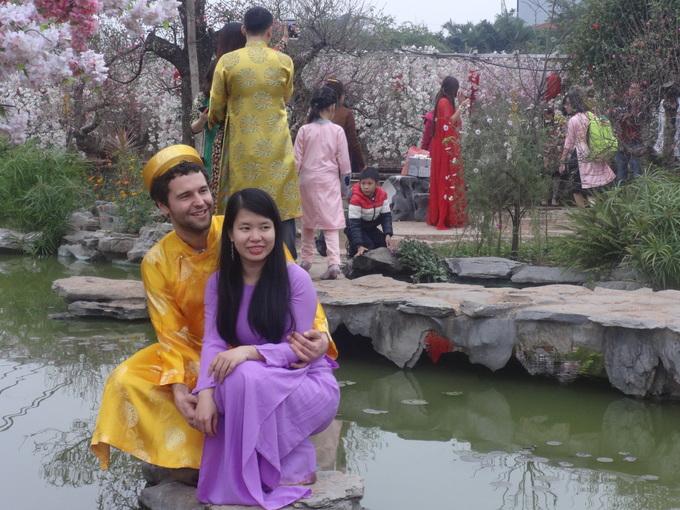 Vườn đào Nhật Tân hút khách ngày giáp Tết