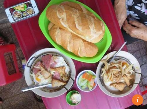 Bánh mì chảo Hoà Mã  53 Cao Thắng, P.17, Q.3. Trong hình là suất ăn ưa thích của Bao La với trứng ốp la, pate, chả, khoai tây và bánh mì, phục vụ trên chảo nóng nên còn được gọi là bánh mì chảo. Quán mở từ 5-10 giờ sáng.