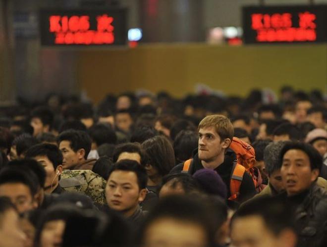 Khách Tây mệt mỏi giữa biển người Trung Quốc về quê ăn Tết