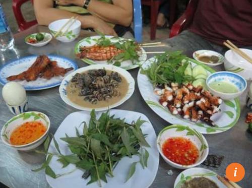 Ốc Oanh  534 đường Vĩnh Khánh, P.8, Q.4 Theo Bao La, sẽ thật là thiếu sót nếu đến Sài Gòn mà không ăn ốc. Quận 4 là thiên đường của các loại hải sản với đủ món từ tôm, cua, ốc, chế biến đa dạng và vô cùng đậm đà.
