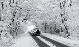 Con đường bao phủ tuyết trắng khiến lái xe phải ngỡ ngàng