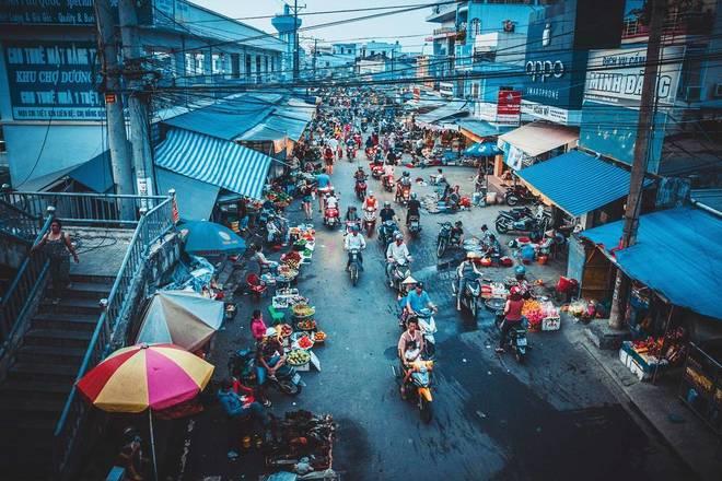 Một khu chợ chạy dài hai bên hè phố, ở Việt Nam người dân đi chợ có thể mua hàng hóa mà thậm chí không cần xuống xe. Ảnh: orange_cat_travel.