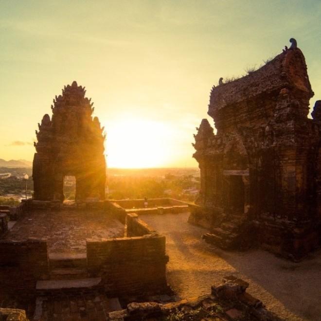 Bình minh lên rực rỡ trên tháp Chàm, miền Trung Việt Nam. Ảnh: pettra_c.