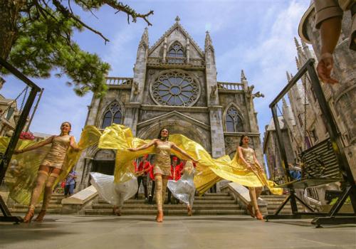 Carnival xuân Bà Nà Hills là chương trình hoạt náo lớn với sự tham dự của đoàn nghệ sĩ châu Âu, mở đầu mùa lễ hội tưng bừng, sôi động tại khu du lịch Bà Nà Hills. Giữa không gian đậm chất châu Âu, trong tiết trời se lạnh và thanh âm rộn ràng của vũ điệu xuân, những nàng công chúa xinh đẹp sẽ sánh bước bên các chàng hoàng tử khôi ngô, tuấn tú đi dạo giữa muôn hoa, giao lưu, chụp ảnh cùng du khách. Đoàn nghệ thuật sẽ di chuyển vòng quanh Làng Pháp, từ khách sạn Morin tới khu vực nhà thờ Saint Denis, đài phun nước, quảng trường Du Dôme& mang đến du khách những xúc cảm khó quên.