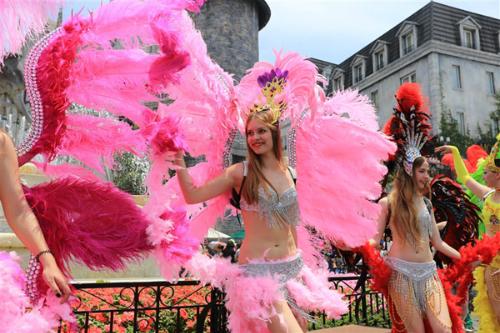 Carnival xuân Bà Nà Hills là chương trình hoạt náo lớn với sự tham dự của đoàn nghệ sĩ châu Âu, mở đầu mùa lễ hội tưng bừng, sôi động tại khu du lịch Bà Nà Hills. Giữa không gian đậm chất châu Âu, trong tiết trời se lạnh và thanh âm rộn ràng của vũ điệu xuân, những nàng công chúa xinh đẹp sẽ sánh bước bên các chàng hoàng tử khôi ngô, tuấn tú đi dạo giữa muôn hoa, giao lưu, chụp ảnh cùng du khách.