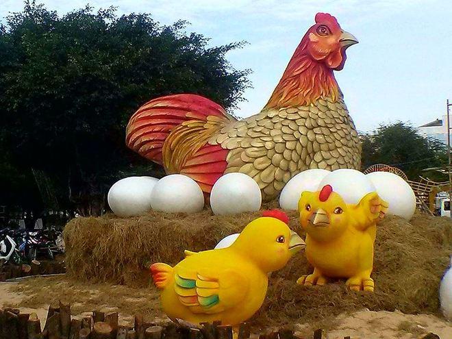 Gà mẹ đẻ trứng trong hội hoa xuân Vũng Tàu