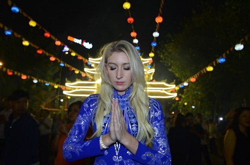 Du khách Kimberly Smith đi chùa cầu an như người Việt. Ảnh: Phú Thọ.