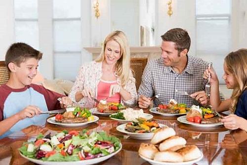 Người phương Tây không có thói quen mời cả nhà ăn cơm. Ảnh: Stuff.