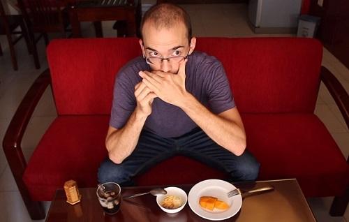 Người Việt cho rằng xỉa răng phải che miệng là phép lịch sự. Ảnh: Dan Hauer.