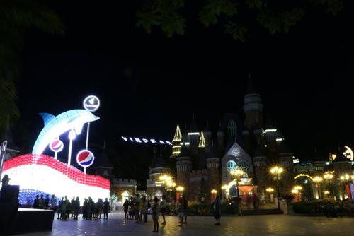 Đèn lồng Cá heo lớn nhất Việt Nam, biểu tượng của sự may mắn, đoàn viên góp phần làm tăng thêm vẻ lung linh, huyền ảo cho Thiên đường vui chơi giải trí Vinpearl Land Nha Trang