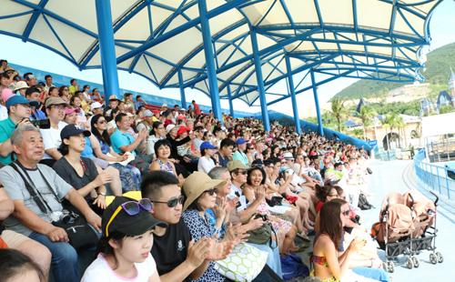 Đông đảo du khách thích thú với không gian giải trí mới tại Vinpearl Land Nha Trang.