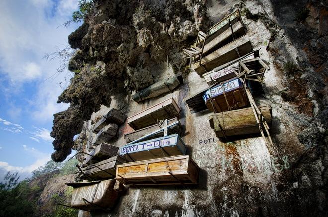 Ngôi làng không mai táng mà treo xác chết trên vách đá