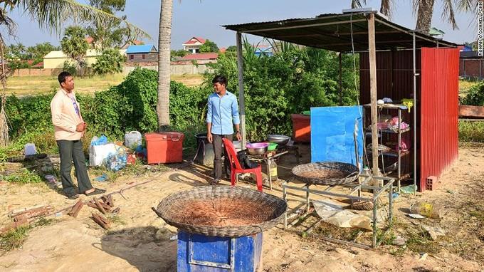 Đặc sản nhện độc hút khách Tây ở Campuchia