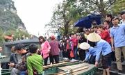 Du khách chen lấn xếp hàng chờ lên thuyền ở Tràng An