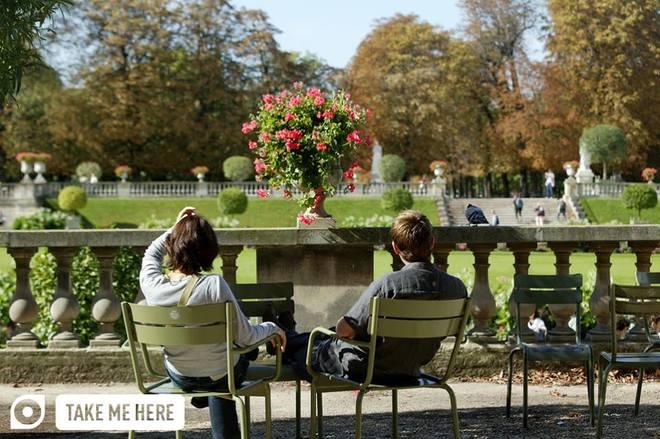 Thủ đô Paris của Pháp vào mùa xuân trở nên lãng mạn hơn bao giờ hết. Các công viên như Tuileries, Luxembourg, Parc des Buttes – Chaumont đều là những địa điểm đón nắng xuân chan hòa. Du khách cũng có thể ngồi trong một quán cà phê ngắm phố phường đông đúc và tận hưởng khí xuân.