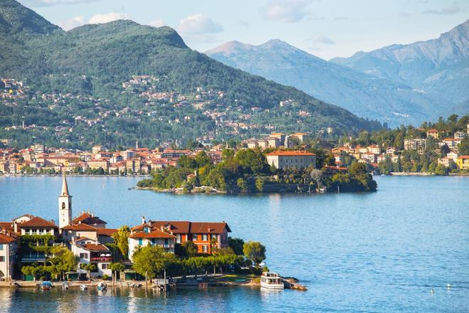 Những hồ nước của Italy nằm ở chân núi phía nam dãy Alps, chảy qua 4 vùng phía đông bắc nước này. Nơi đây có những ngọn núi tuyết soi bóng xuống hồ nước sâu và những ngôi làng giữa khung cảnh đẹp như tranh vẽ.