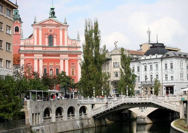 Thành phố Ljubljana của Slovenia hấp dẫn hơn cả ở khu phố cổ với dòng sông và những cây cầu xinh đẹp, hàng liễu rủ, nhiều quán cà phê ngoài trời cùng lâu đài nguy nga nằm trên đỉnh đồi.