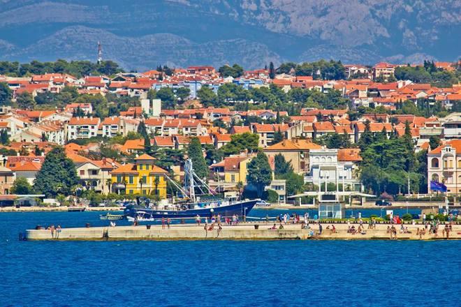 Thị trấn cổ Zadar ở Croatia nằm ở phía bắc Dalmatia, trên bán đảo với khung cảnh biển xinh đẹp. Đây là một điểm đến tuyệt vời ở châu Âu mà bạn không nên bỏ qua với khung cảnh phố thị, cùng tiếng sóng biển xô bờ thơ mộng, đặc biệt vào mùa xuân.
