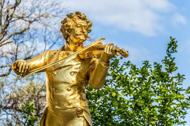 Đến thủ đô Viên nước Áo, bạn có thể thấy thành phố rạng rỡ trong nắng xuân chan hoà. Những lễ hội âm nhạc tổ chức ở quảng trường có rất đông người tham gia, cùng với đó là những điểm tham quan tuyệt đẹp.