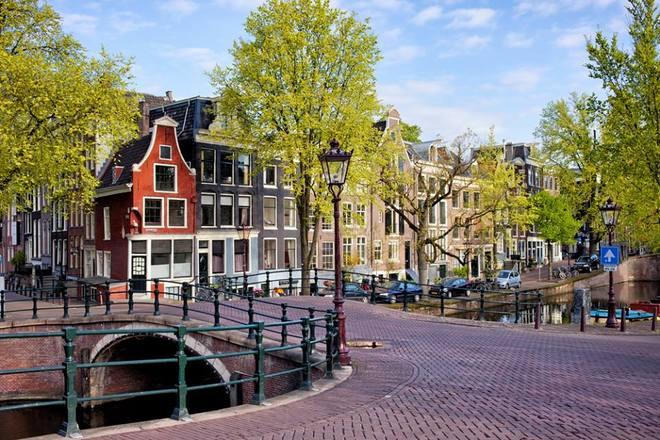 Thủ đô Amsterdam Hà Lan hấp dẫn với những con sông, hoa Tulip. Đi bộ, chèo thuyền hay đi xe đạp dọc các con sông trong lòng thành phố, tham quan bảo tàng Van Gogh và bảo tàng Rijksmuseum,… đều là các trải nghiệm thú vị khi du khách tới đây.