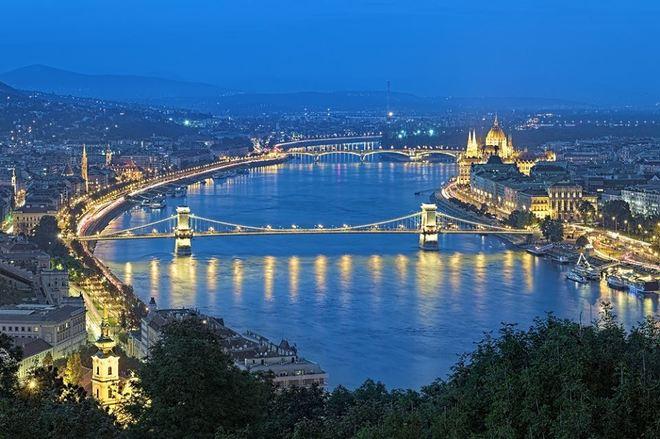 """Thủ đô Budapest, Hungary có rất nhiều điều để bạn khám phá. Vào mùa xuân, mỗi tối, du khách có thể chơi cờ ở Szechenyi Baths hay đi dạo trên những con phố rải sỏi, khám phá hai bên bờ sông Danube và khu phố lâu đài Buda - một Di sản Thế giới của UNESCO. Đây cũng là thành phố """"làm đẹp"""" nên bạn có thể trải nghiệm tắm, massage và nhiều liệu pháp khác."""