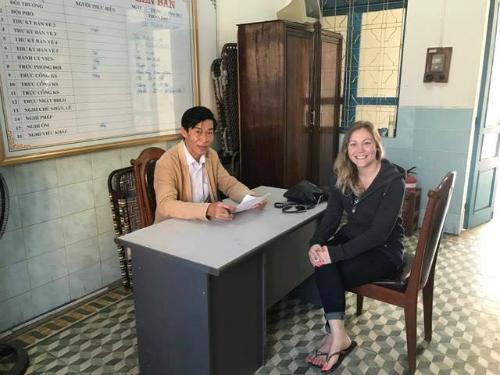 Kristin cùng ông Thái khi bàn giao tài sản. Ảnh: NVCC.