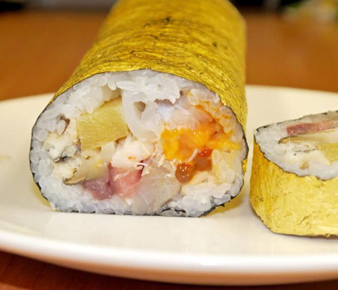 Cuộn sushi bọc vàng có giá gần 100 USD