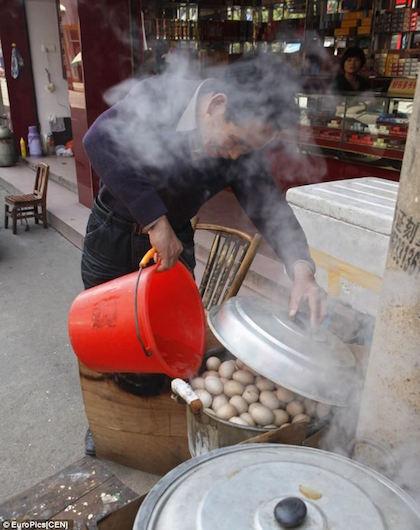 Đặc sản trứng luộc nước tiểu bé trai ở Trung Quốc - ảnh 6