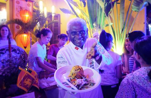 Đầu bếp  Publis Silva đến từ Sri Lanka đang trình diễn món ăn đến du khách