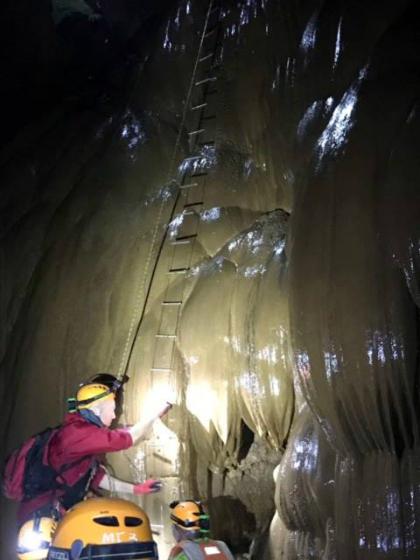 Với mỗi bước leo, tôi phải đá để chiếc thang dây tách khỏi bức tường cao hàng trăm mét và chèn giày của tôi vào các nấc thang hẹp.