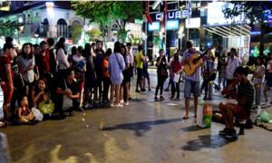 Khách Tây chơi nhạc trên phố đi bộ, người dân xúm vào cho tiền