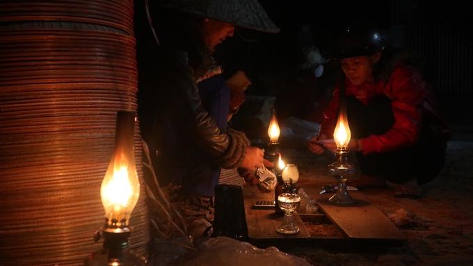 Phiên chợ nón chỉ họp lúc nửa đêm ở Bình Định