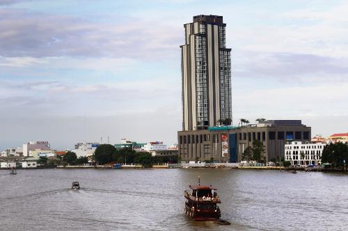Bên cạnh Vinpearl Cần Thơ Hotel, TTTM Vincom Xuân Khánh ngay dưới chân tháp khách sạn và dãy nhà phố ShopHouse với hàng loạt dịch vụ, tiệc ích cao cấp sẽ luôn đáp ứng được nhu cầu mua sắm, giải trí của du khách. Đây là cũng là mô hình du lịch all-in-one (mọi tiện ích - một điểm đến) được dự đoán sẽ trở thành xu hướng trong thời gian tới.