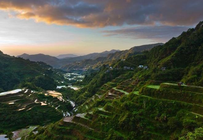 Ruộng bậc thang Philippines: Nằm trong khu vực Cordillera phía bắc Luzon, những ruộng bậc thang do người Ifugao tạo ra và canh tác cách đây hơn 2.000 năm. Ruộng bậc thang tạo nên từ đá và bùn, ăn sâu vào vách núi mang đặc trưng của lối canh tác lúa nước, được truyền lại từ đời này sang đời khác qua nhiều thế hệ. Ảnh: Roughguides.