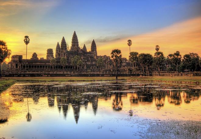 Công viên khảo cổ Angkor (Campuchia) là một trong những địa điểm khảo cổ quan trọng nhất khu vực Đông Nam Á. Nơi đây gồm rất nhiều đền đài, hệ thống thủy lợi và các tuyến đường giao thông quan trọng của Đế chế Khmer từ thế kỷ 9 đến 15. Trong đó, ngôi đền đáng chú ý nhất là Angkor Wat - di tích tôn giáo được xây dựng từ đầu thế kỷ 12. Đền được xây dựng bằng các khối đá sa thạch khai thác từ núi Phnom Kulen, vận chuyển về bằng bè dọc theo sông Siem Reap. Ảnh: Angkor-Cambodia.