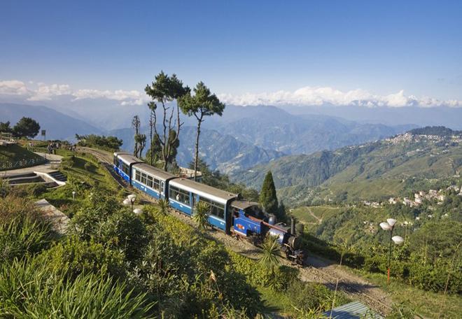 Hệ thống đường sắt trên núi, Ấn Độ: Được xây dựng từ giữa năm 1881 đến năm 1908 dưới thời cai trị của thực dân Anh, hệ thống đường sắt trên núi của Ấn Độ thể hiện kỹ thuật nổi bật thời bấy giờ. Tuyến đường sắt này giúp thay đổi diện mạo kinh tế xã hội và văn hóa của các vùng mà nó đi qua. Ngày nay, tuyến đường sắt vẫn hoạt động, đi qua Darjeeling, đồi Nilgiri Tamil Nadu và Shimla, như một minh chứng lịch sử vượt thời gian. Ảnh: Thebetterindian.