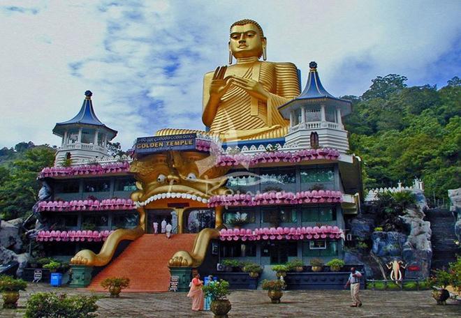 Đền vàng Dambulla tọa lạc tại trung tâm Sri Lanka là tu viện hang động lớn nhất và được bảo quản tốt nhất cả nước. 5 khu bảo tồn nép mình dưới hòn đá cao chót vót, được tôn tạo thành những bức tượng và tranh miêu tả cảnh Phật giáo. Đây là một địa điểm hành hương nổi tiếng với nhiều Phật tử ngay từ thế kỷ đầu tiên của Công nguyên. Ảnh: SriLanka Experience.