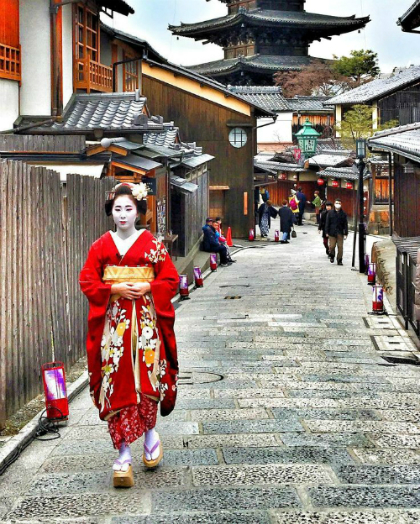 nguoi-dan-ong-phuc-vu-gan-100-geisha-o-kyoto