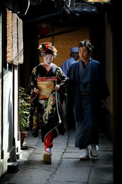 nguoi-dan-ong-phuc-vu-gan-100-geisha-o-kyoto-1