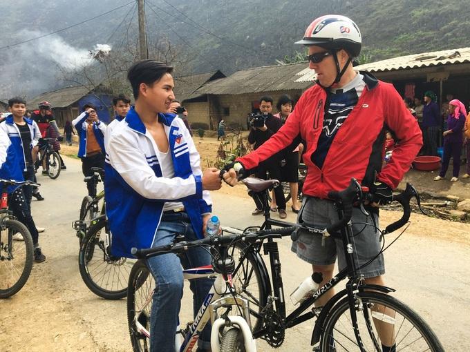 Đại sứ Mỹ đạp xe khám phá Hà Giang
